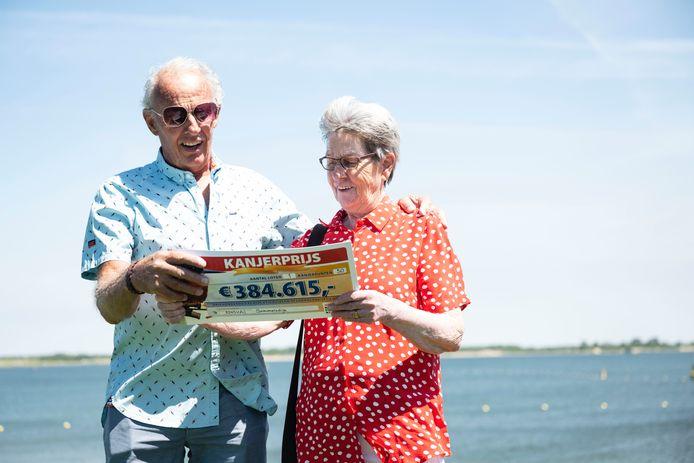 Joke en Gert ontvingen een cheque van 384.615 euro van de Postcode Loterij.