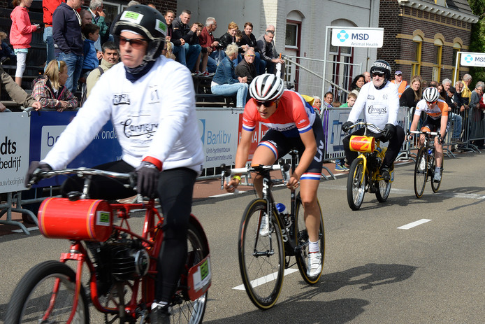In 2015 reden de vrouwen tijdens Daags na de Tour ook achter de motoren. Aan de leiding  Lucinda Brand met daar achter Anna van der Breggen.