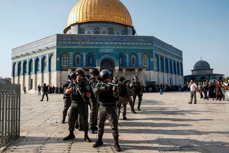 Israelische beveiligingseenheden bewaken de voorkant van de Rotskoepel op de Tempelberg in Jeruzalem. Beeld AFP