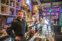 Bob Kooistra in 2018 achter de bar van café Bruut in de Voorstraat, toen dat ondanks een bevel tot sluiting van de burgemeester toch open bleef.