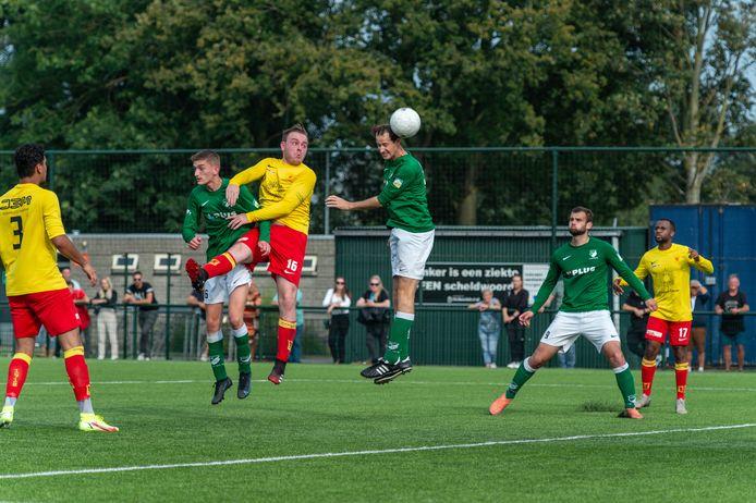 De derby tussen de favorieten in de vierde klasse F, Groen Wit'62 en Apeldoornse Boys, werd een spannend duel dat in balans bleef. Orlando van Zeist kopt, ondanks de aanwezigheid van Daan Wijnbergen (links) en Ronald Zieverink.