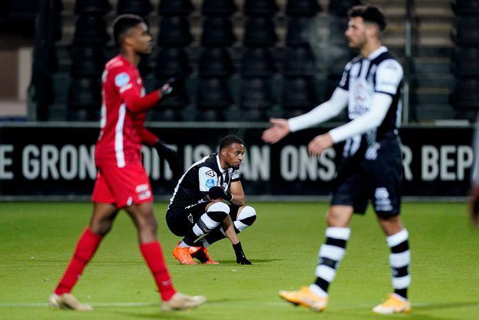 Delano Burgzorg baalt als een stekker na de nederlaag tegen AZ. Op de voorgrond Sinan Bakis (rechts), de spits die eveneens op zoek is naar de eerste goal voor Heracles.