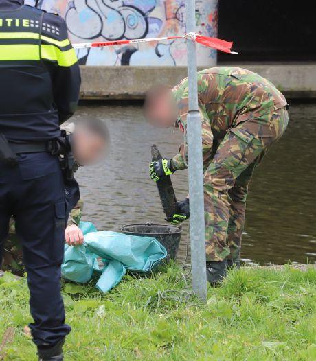 Magneetvissers 'hengelen' granaat uit sloot in Rijswijk