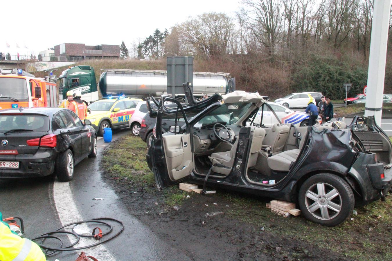 Afgelopen zaterdag richtte een Poolse chauffeur een ravage aan op de verkeerswisselaar A19-R8.