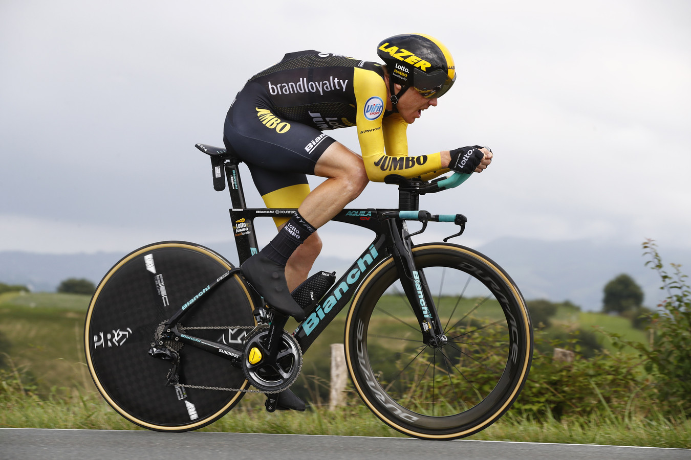 Steven Kruijswijk in de Tour onderweg naar Espelette. Kruijswijk werd zestiende in die rit.