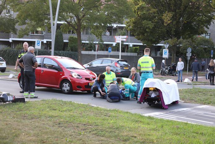 Auto en fietser met elkaar in botsing op kruising in Oss.