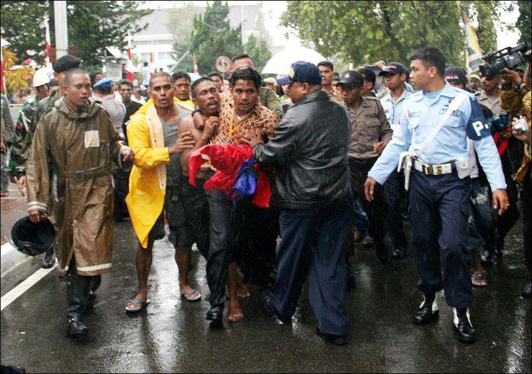 Agenten in burger arresteren Johan Teterisa (derde van links) voor het tonen van de Molukse vlag tijdens het bezoek van de Indonesische president Yudhoyono aan ambon o 29 juni 2007. Beeld null