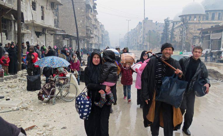 Mensen ontvluchten Aleppo. In het deel dat in handen was van de rebellen, zouden 50.000 burgers achterblijven. Beeld AFP