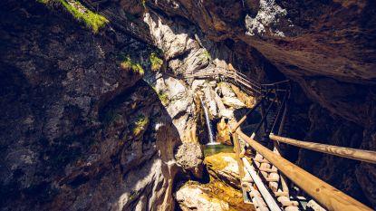Zeker twee doden en acht gewonden door vallende rotsblokken in populaire kloof in Oostenrijk