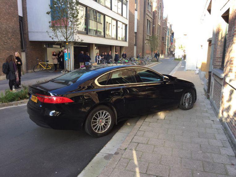 De zwarte Jaguar bleek vanmorgen te zijn gestolen in Nederland