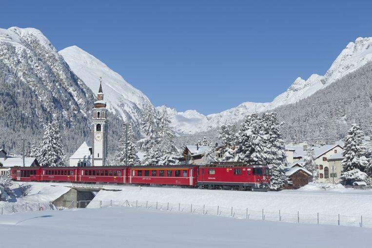 Trein nabij Bever in Engadin, Zwitserland.  Beeld swiss-image.ch