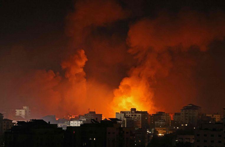 Rookpluimen stijgen op boven Gaza na een Israëlische luchtaanval op Gaza zaterdagnacht. Beeld AFP