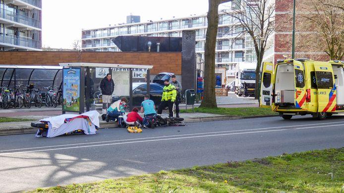 Een scooterrijder raakte gewond bij een aanrijding op de Grote Beer in Veenendaal.