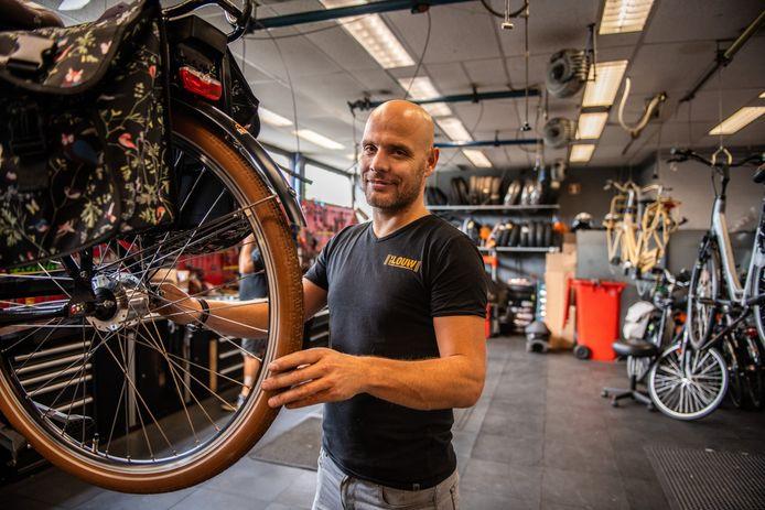"""Rob de Jonge van fietsenzaak Van der Louw tilt niet zwaar aan de oneerlijke concurrentie door sommige andere werkplaatsen. ,,Er is veel handel en ik snap dat iedereen een graantje wil meepikken. Wij richten ons op dit bedrijf."""""""