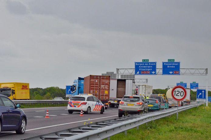 A4 dicht bij Bergen op Zoom door ongeval met vrachtwagen