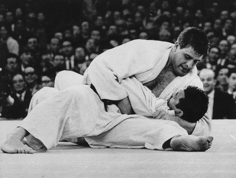 Dertig seconden worstelde de Japanner Kaminaga om te ontkomen aan de ijzeren houdgreep van Anton Geesink. Tevergeefs, Geesink won goud op de Spelen van Tokio in 1964.  Beeld Jacques Klok / ANP