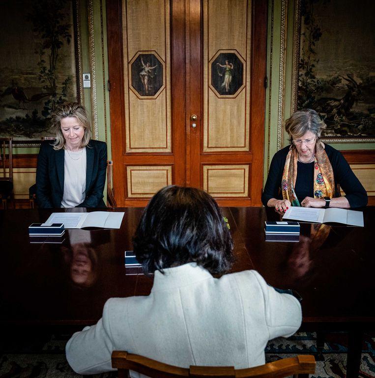 Kajsa Ollongren (D66) en Annemarie Jorritsma (VVD)  in de Stadhouderskamer. Kamervoorzitter Arib op de rug gezien. Beeld ANP