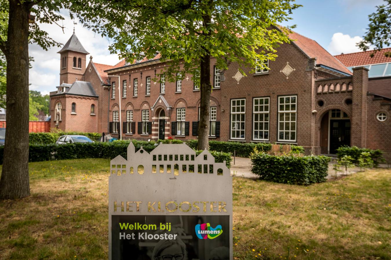 Het Klooster in Waalre wordt momenteel verbouwd door de eigenaren. Er worden 21 appartementen gebouwd voor ouderen die intensieve zorg nodig hebben. Daarnaast moeten de hurende Waalrese verenigingen tien jaar lang terechtkunnen in het gemeenschapshuis.