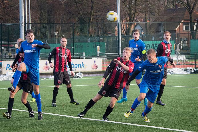 Noek Beers (rechts) van het zaterdagteam van De Treffers kopt op het doel van UNI VV. De regiotopscorer verruilt De Treffers voor Orion.