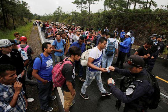 De migranten zijn de grens van Honduras met Guatemala overgestoken en trekken nu verder. De stoet neemt elke dag grotere proporties aan.