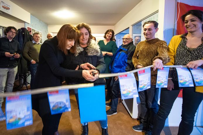 """Liesbeth Roks (links) en Sjan Weijts knippen het lint in de huiskamer door. Roks: ,,Het is heel open, met veel ramen. Noem het Het Glazen Huis."""""""