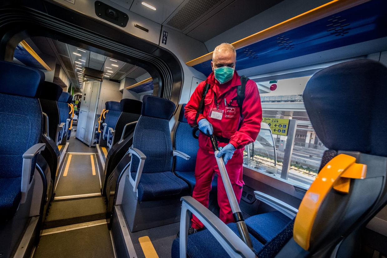 Een trein in Milaan wordt gedesinfecteerd.