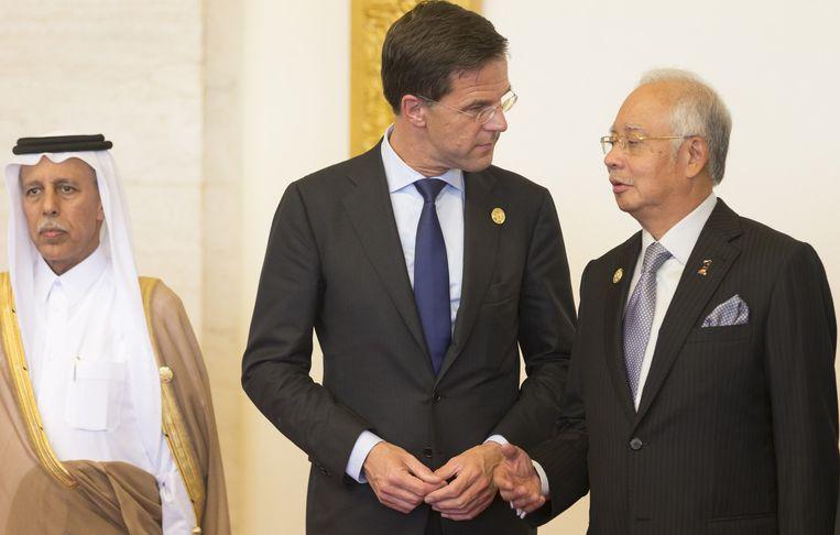 Premier Mark Rutte (M) in gesprek met minister-president Najib Razak (R) van Maleisie voor aanvang van het Boao-forum, een bijeenkomst van regeringsleiders, internationale wetenschappers en bedrijven. Beeld anp