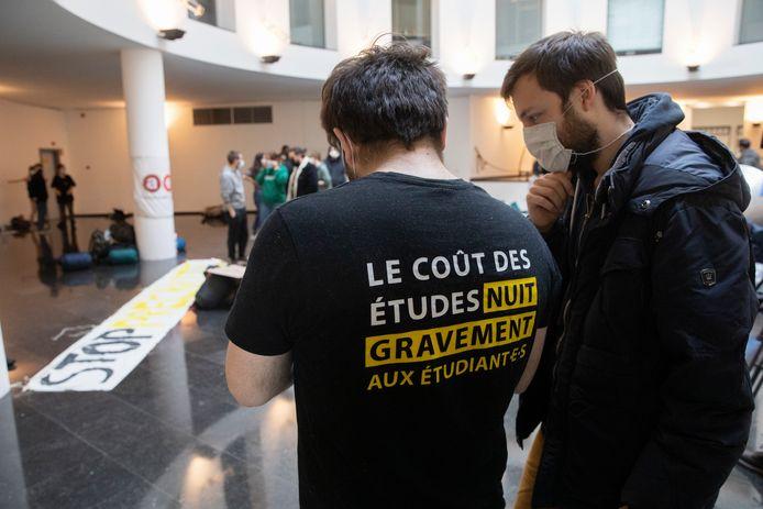 Une cinquantaine d'étudiants occupent depuis environ 09h00 le hall du rez-de-chaussée du bâtiment du gouvernement de la Fédération Wallonie-Bruxelles.