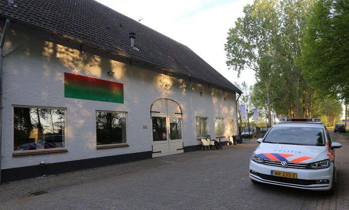In deze woning werd dinsdag een inval gedaan na meldingen over groepsverkrachting in dit pand.