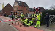 Oeps, even niet opgelet: bestelwagen ramt slagboom aan overweg in Dorpsstraat