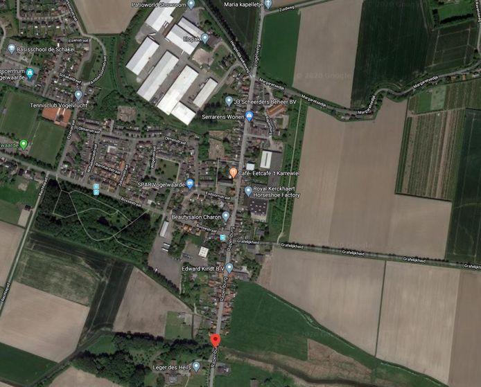 Vogelwaarde, met in het midden de doorgaande weg Rapenburg, waar rechts van de bebouwing de nieuwe randweg moet komen.
