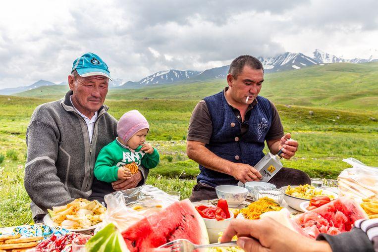 Joldosh (links) nodigt iedereen uit op de verjaardag van zijn kleinzoon.  Beeld Noël van Bemmel