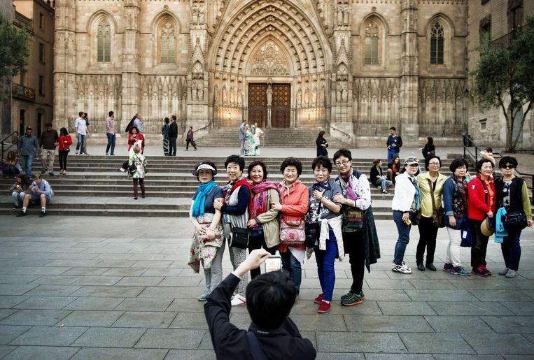 Toeristen voor de Cathedral in Barri Gothic Beeld Eric De Mildt