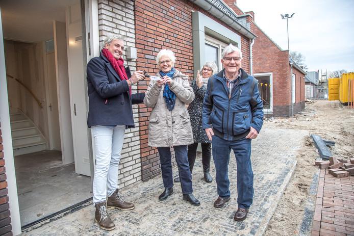 In Zwolle is inmiddels het eerste Knarrenhof gebouwd en officieel geopend. Peter Prak (links) van Stichting Knarrenhof Nederland overhandigt op deze archieffoto de sleutels aan de eerste bewoners.