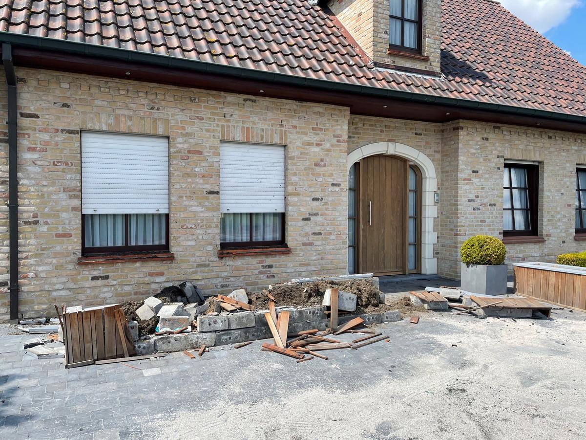 De tuinmuur van Marie-Rose is volledig vernield, maar voorkwam wel dat er zich opnieuw een auto in de gevel van de woning boorde.