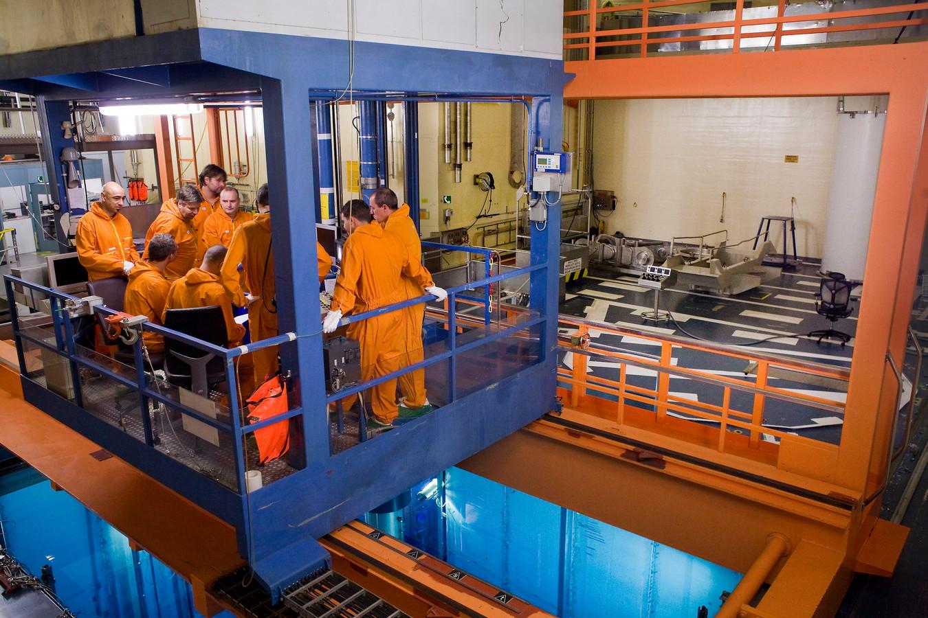 2011: In de bol van Borssele krijgt personeel les in het wisselen van splijtstofstaven.