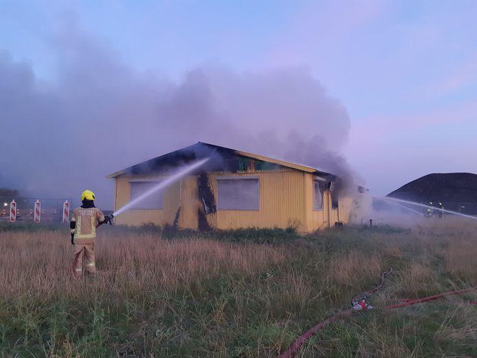 De brand in de bouwkeet is ongeveer 1,5 uur na uitbreken grotendeels geblust.