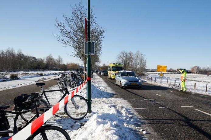 Drukte door schaatsers bij Molenpolder. De Maarsseveensevaart wordt afgezet voor auto's die willen parkeren.