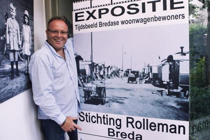 Christ van Toren is trots op de poster van de expositie over woonwagenbewoners. foto Charlotte Akkermans/het fotoburo