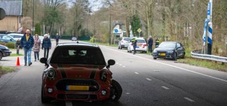 Flinke botsing op kruising in Ugchelen: twee auto's afgesleept