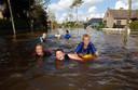 26 augustus 2006: de doffe waterellende in Kleit zorgde toen in de rand ook voor wat speelplezier voor de kinderen.