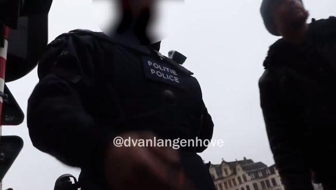 """Op het filmpje vertelt een politieagent dat het de bedoeling was """"zo veel mogelijk arrestaties"""" te verrichten."""