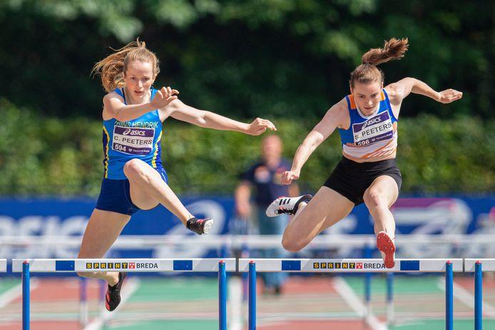 Zo close was het zaterdag tussen de nichtjes Cathelijn (l) en Silke Peeters op de 400 meter horden bij de NK atletiek in Breda.