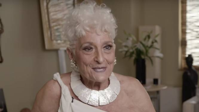 Oma (83) verslaafd aan datingapp Tinder: 'Seks met vijftig jongemannen in acht maanden tijd'