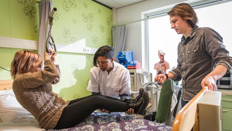 Docent Luuk Gauw geeft instructie over de 'actieve lift'. Beeld Dingena Mol