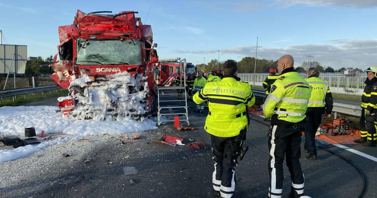 Vrachtwagenchauffeur overleden na ongeval op A59 bij Oosterhout, weg dicht.