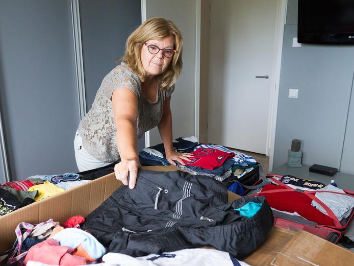 Ellen van Gemert schikt thuis de koffers met kleren die ze meeneemt en uitdeelt aan arme gezinnen in Kenia.