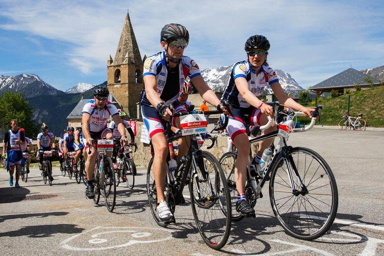 Prins Bernhard junior passeert het kerkje in bocht zeven op de Alpe d'Huez tijdens het jaarlijkse fietsevenement Alpe d'HuZes. Beeld anp