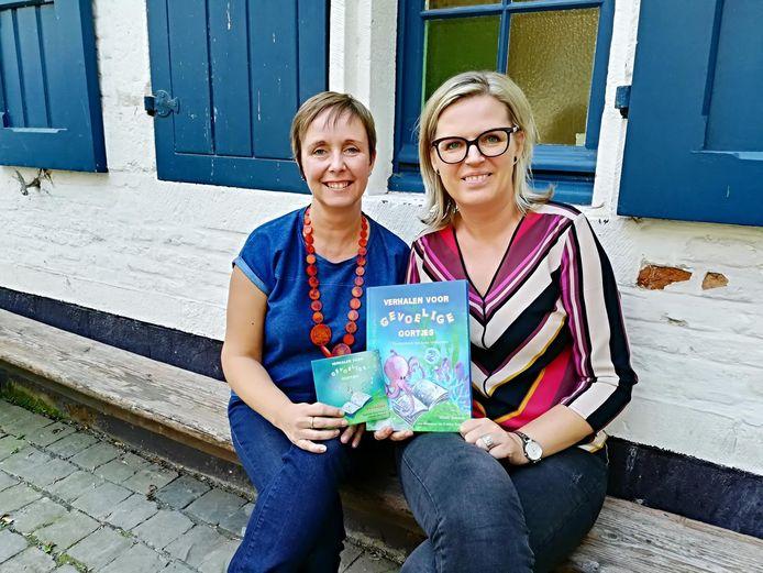 Illustrator Katrien Benaets en auteur Wendy Janssens tonen de cd en het boek.