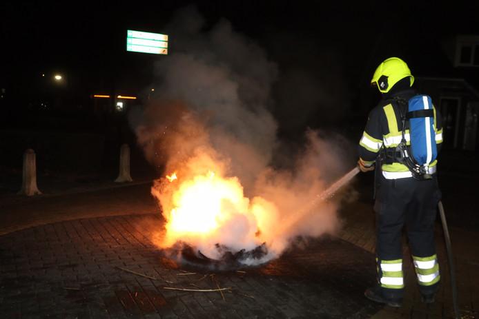 Stapel autobanden in brand in Aalst